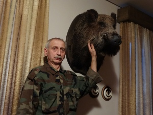 Jāzeps Korsaks Pārzina laikas - krievu-Eiropas, somu, Rietumsibīrijas, no dzinējsuņiem  -Latvijas dzinējsuņus, biglus, krievu raibos dzinējsuņus, arī foksterjerus. Pašlaik pieder trīs somu laikas, un viena krievu -Eiropas laika. Mednieks kopš 1976. gada, ar suņiem nodarbojas kopš 1985 gada. Tālrunis: 29477228, e-pasts jazeps.kor@inbox.lv